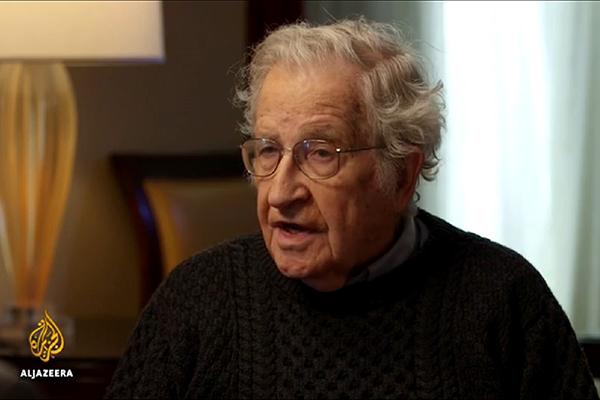 México, 'muy lejos de Dios y muy cerca de Estados Unidos': Noam Chomsky