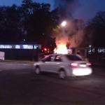 Toman FFyL y queman vehículo por arresto de activista del Auditorio Che Guevara