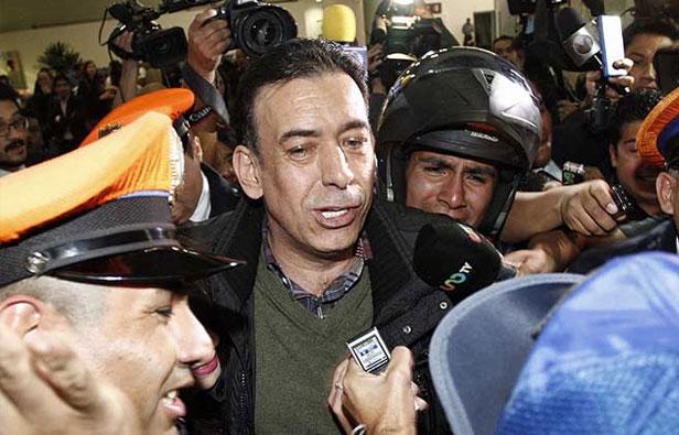 Regresa Moreira a México y amenaza con seguir en la política