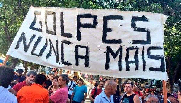 Brasileños se manifiestan contra destitución de Rousseff