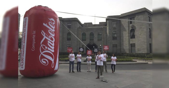 Más de 20 mil mexicanos mueren al año por bebidas azucaradas