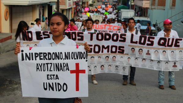 Marchan por los dos normalistas asesinados de Ayotzinapa