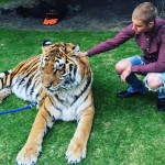 PETA arremete contra Justin Bieber por posar con tigre