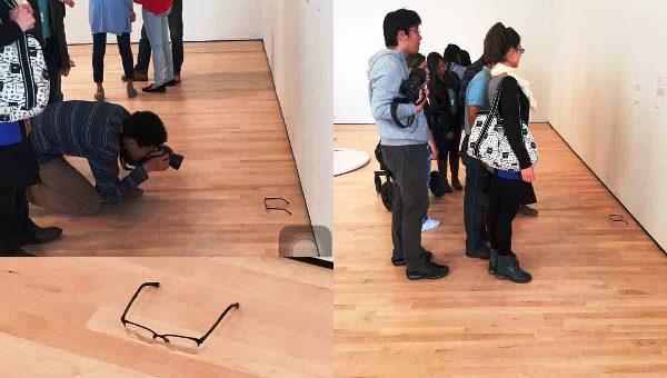 Visitantes de museo, confunden lentes tirados con arte moderno