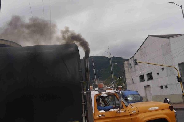Camiones de carga librarían el Hoy No Circula con filtro