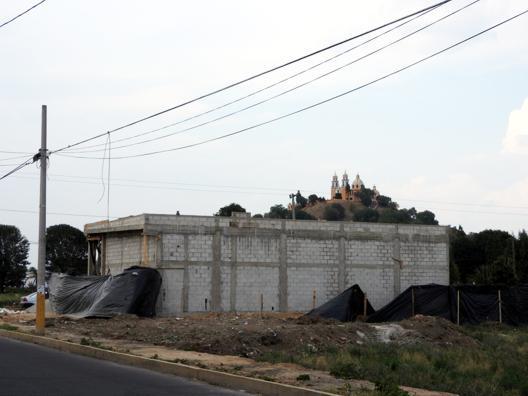 Autoriza INAH segundo Oxxo junto a pirámide de Cholula