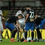 Muere futbolista en pleno partido en Rumania (VIDEO)
