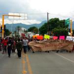 """""""Oaxaca está de luto"""", marcha contra el triunfo del priista Alejandro Murat"""