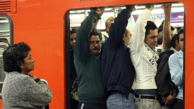Podría volver a subir el boleto del metro: director