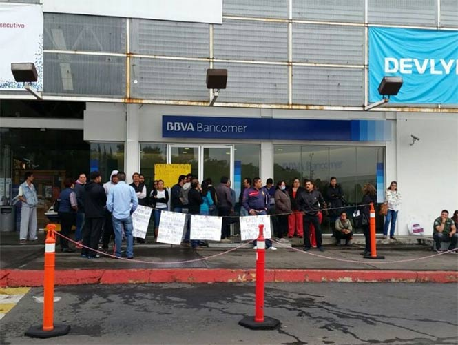 CNTE bloquea bancos en Michoacán
