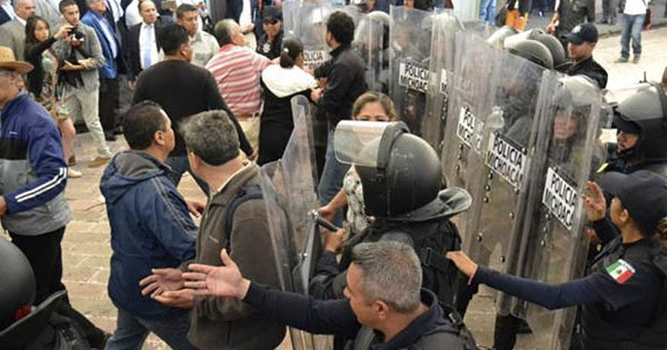 Enfrentamientos Entre Maestros Y Policías En Michoacán