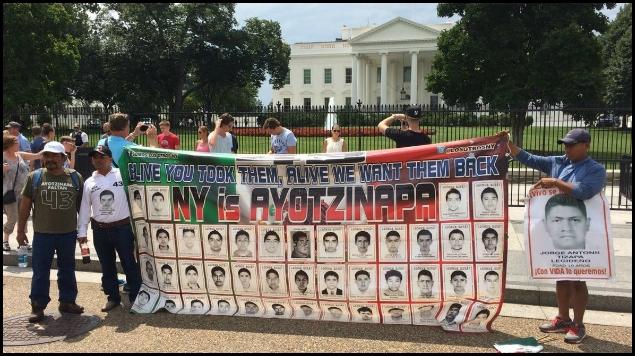 Padres de Ayotzinapa se manifiestan en la Casa Blanca
