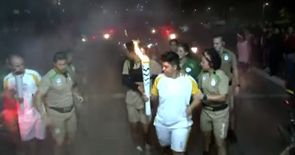 Intentan apagar la antorcha olímpica con extintor en Brasil (Video)