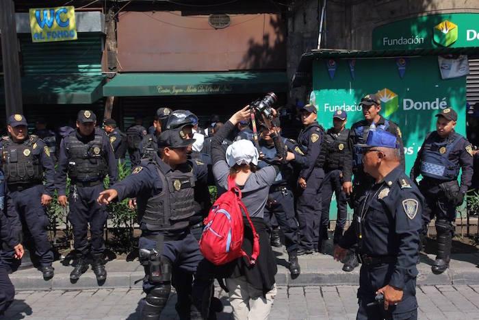 Fotógrafa es golpeada por policías de la Ciudad de México