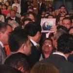 Madre pide a Osorio Chong de rodillas que encuentre a su hija