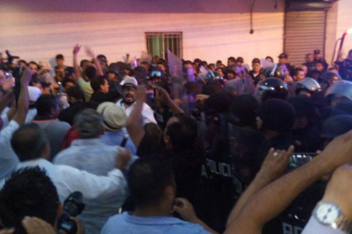 Enfrentamiento entre maestros y policías en Nuevo León
