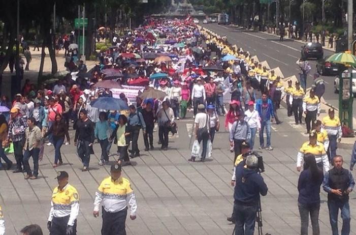 Tras marcha maestros entregan iniciativa al Senado contra reforma educativa