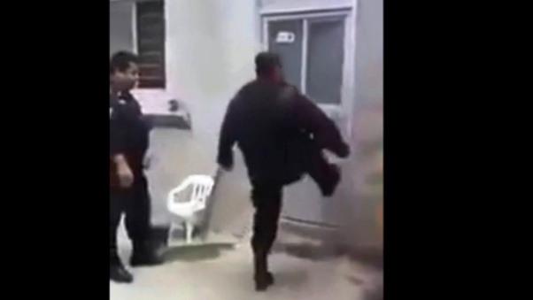 Policía intenta abrir puerta y termina haciendo el ridículo