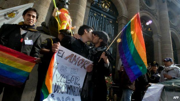 Comunidad gay pide a Peña Nieto frenar campaña de la iglesia en su contra