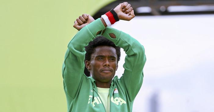 Feyisa Lilesa el maratonista de Etiopía que arriesgó su vida