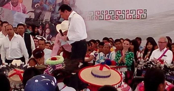 Por segunda ocasión madre se hinca y pide ayuda a Osorio Chong