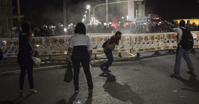 Reprimen a simpatizantes de Dilma Rousseff durante manifestación