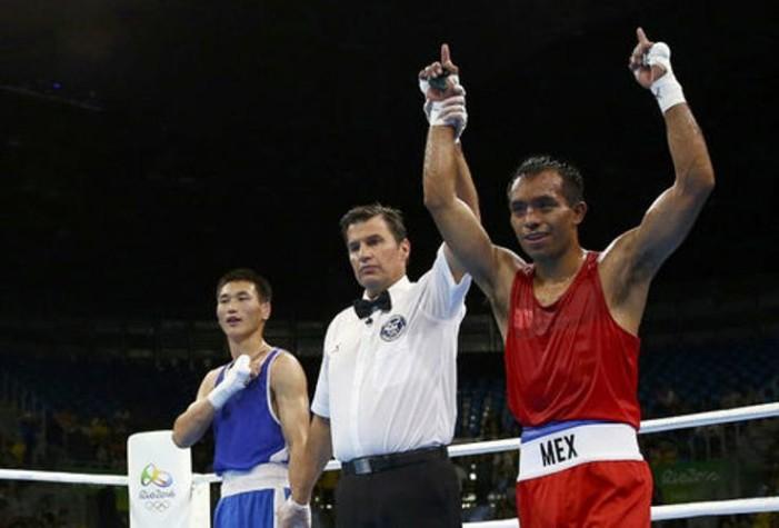 Uno más: boxeador mexicano compitió con uniforme parchado
