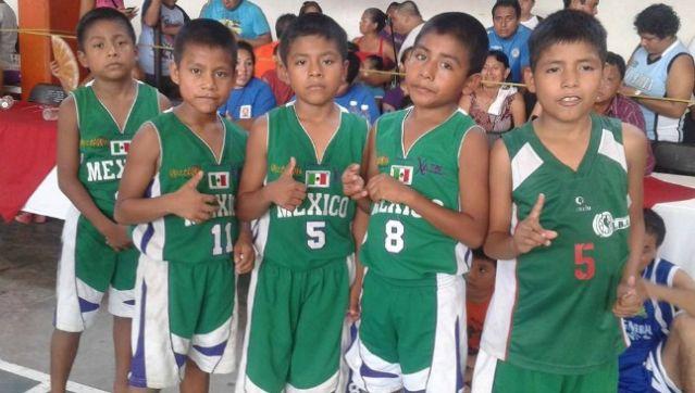 Alcalde pide cuotas a niños triquis para entrenar en cancha de basquetbol