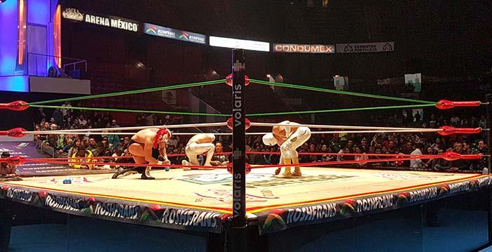 Los aficionados arrojan dinero a los luchadores por la gran batalla que brindaron