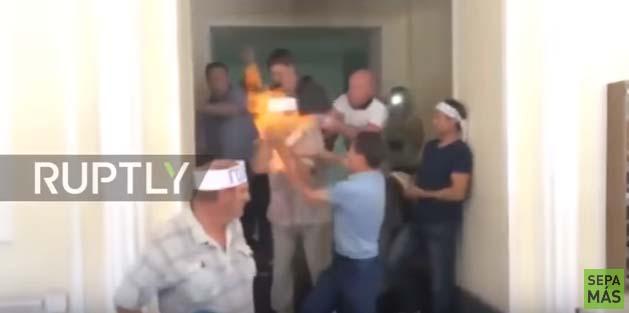Un minero ucraniano se inmola ante las cámaras de televisión