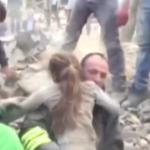 Rescatan a niña de entre los escombros en Italia (video)