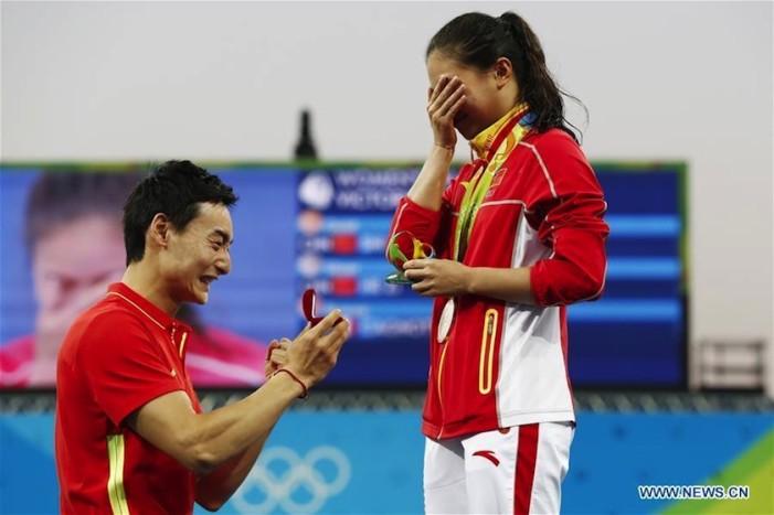 Clavadista china gana medalla y recibe propuesta de matrimonio en Río 2016