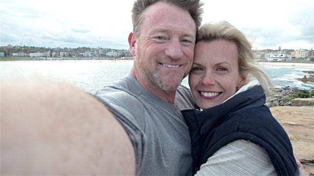 'Selfies' aumentan contagio de piojos, revela estudio