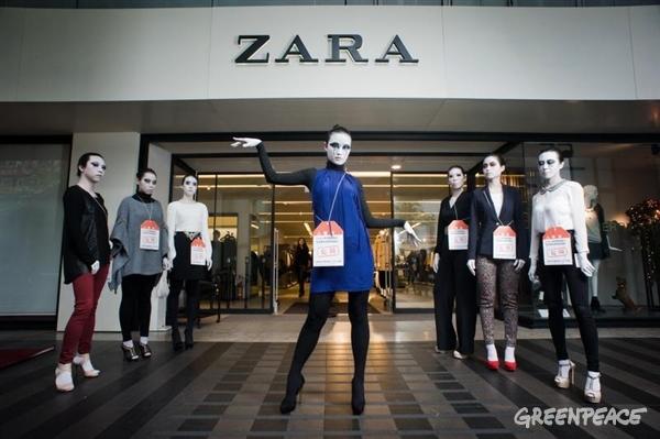Empleados de Zara colocan consignas en las etiquetas de la ropa; acusan falta de pago