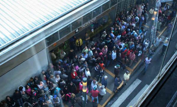 Por fallas en pilotaje automático de la Línea 12 usuarios esperaron hasta una hora