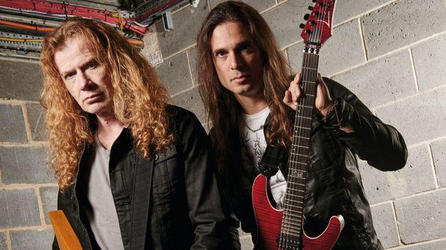 Dave Mustaine y Kiko Loureiro de Megadeth piden limosna en Turquía