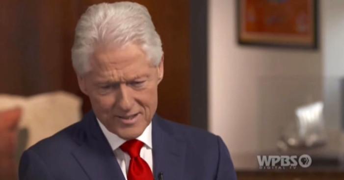 ¿Hillary Clinton regañó a Bill por mirar a Melania durante la investidura de Trump? (Video)