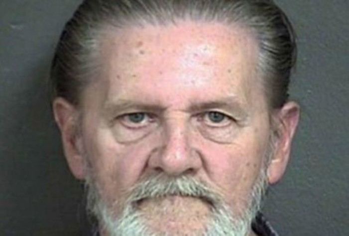 Viejo asalta banco para ir a prisión y no a casa con su esposa
