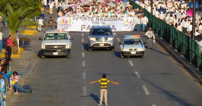 Niño enfrenta a multitud que protestaba contra matrimonios igualitarios