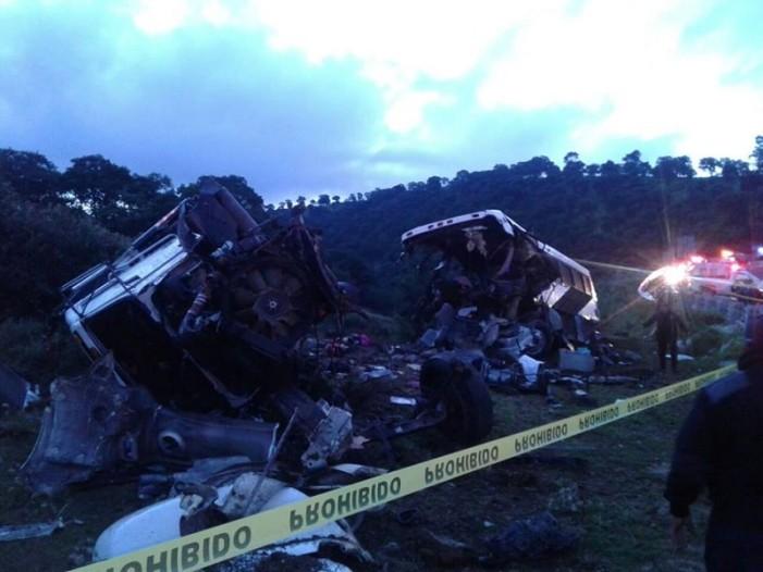 Mueren 3 y 38 resultan heridos en accidente en la México- Puebla