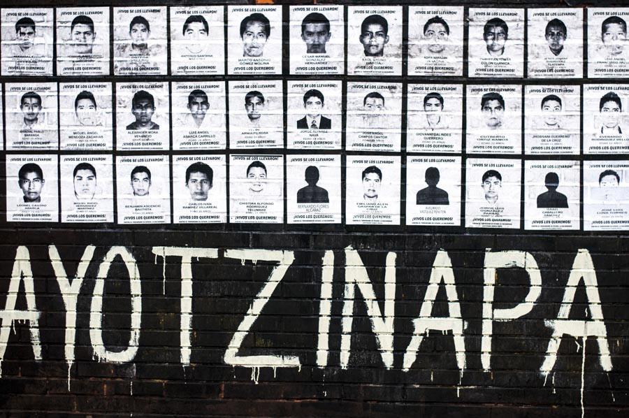 MÉXICO, D.F., 14OCTUBRE2014.- Estudiantes de la Facultad de Artes y Diseño de la UNAM colocaron los retratos de los 43 normalistas desaparecidos de Ayotzinapa en días pasados en el municipio de Iguala, Guerrero como parte de las actividades que se realizan durante el paro en varias facultades de la Máxima Casa de Estudios en apoyo a los jóvenes normalistas. FOTO: DIEGO SIMÓN SÁNCHEZ /CUARTOSCO.COM