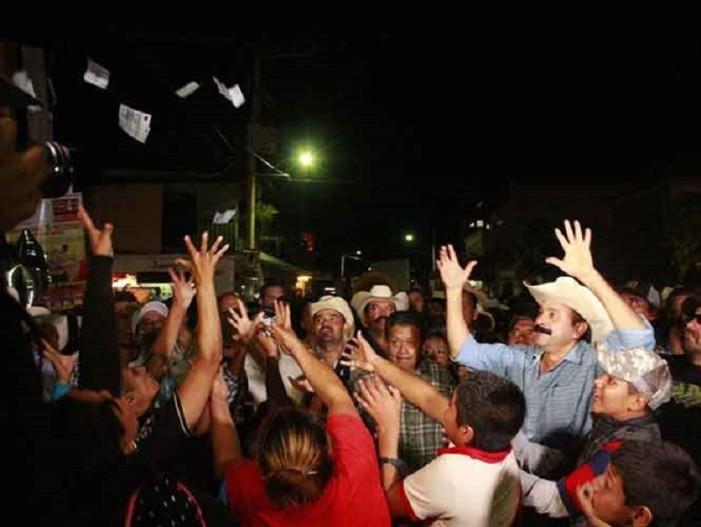 Alcalde que 'robó poquito' vuelve a regalar dinero en fiesta patronal