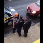 """Hombre amenaza a policía: """"Te voy a meter una bala en la cabeza""""; no lo detienen (video)"""