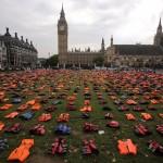 Colocan chalecos salvavidas de refugiados frente a parlamento inglés