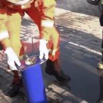 Bomberos chinos rescatan a gato atorado en un tubo (Video)