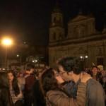 """Colombianos participan en """"Besatón por la paz"""""""