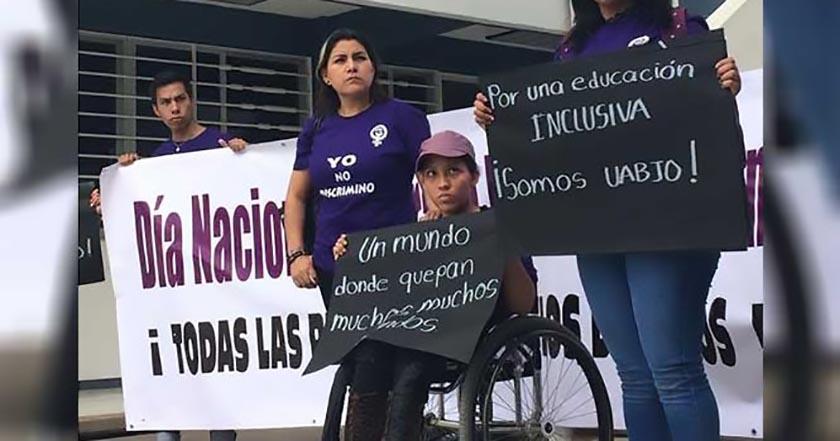 Denuncian UABJO por discriminar universitaria discapacidad