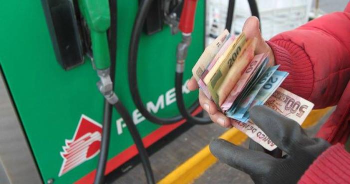 Hacienda baja 2 centavos precio de gasolinas