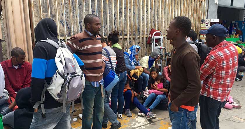 Llegan a Tijuana 300 refugiados haitianos, duermen a la intemperie