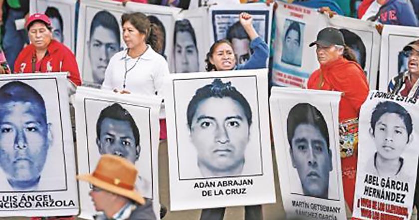 Padres de los 43 de Ayotzinapa protestan frente a la PGR